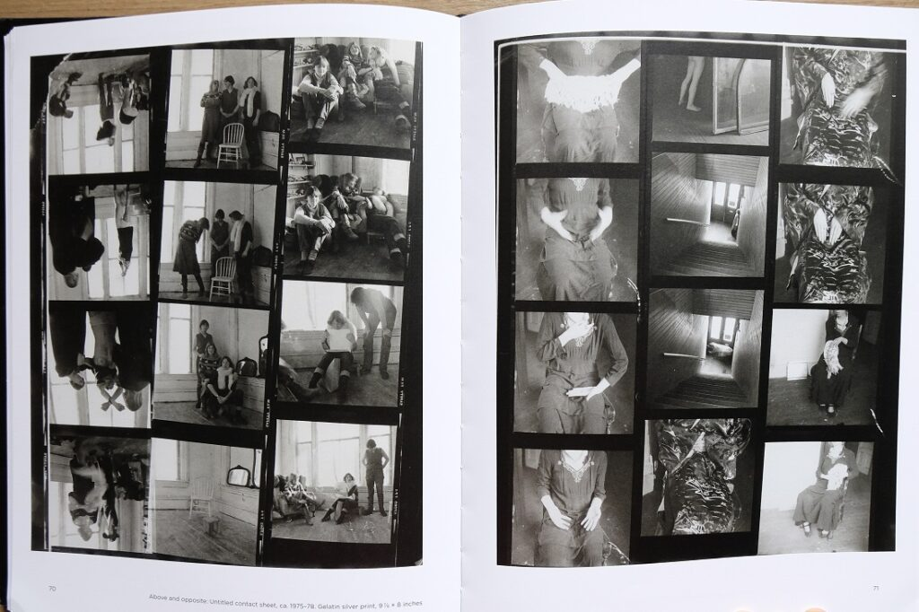 "Hoja de contactos de Francesca Woodman en el libro ""Portrait of a reputation"""