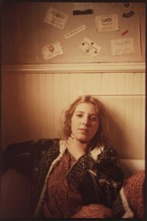 Retrato en color de la fotógrafa Francesca Woodman. Foto de George Lange.