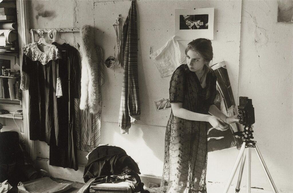 Francesca Woodman preparando su cámara en su estudio. Foto de George Lange.