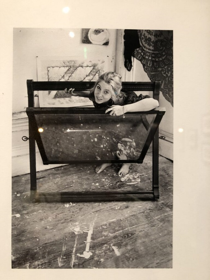 Foto de Francesca Woodman jugando con un espejo y sonriendo a cámara. Autor: George Lange.
