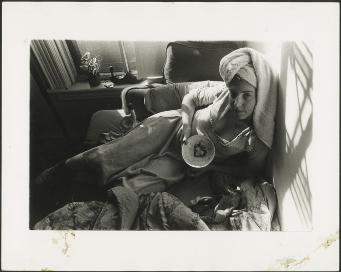 Francesca Woodman con una toalla en la cabeza y un plato en las manos. Foto: George Lange.