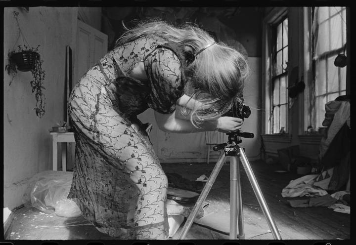 Francesca Woodman en su estudio preparando su cámara para una sesión de fotos. Foto: George Lange.