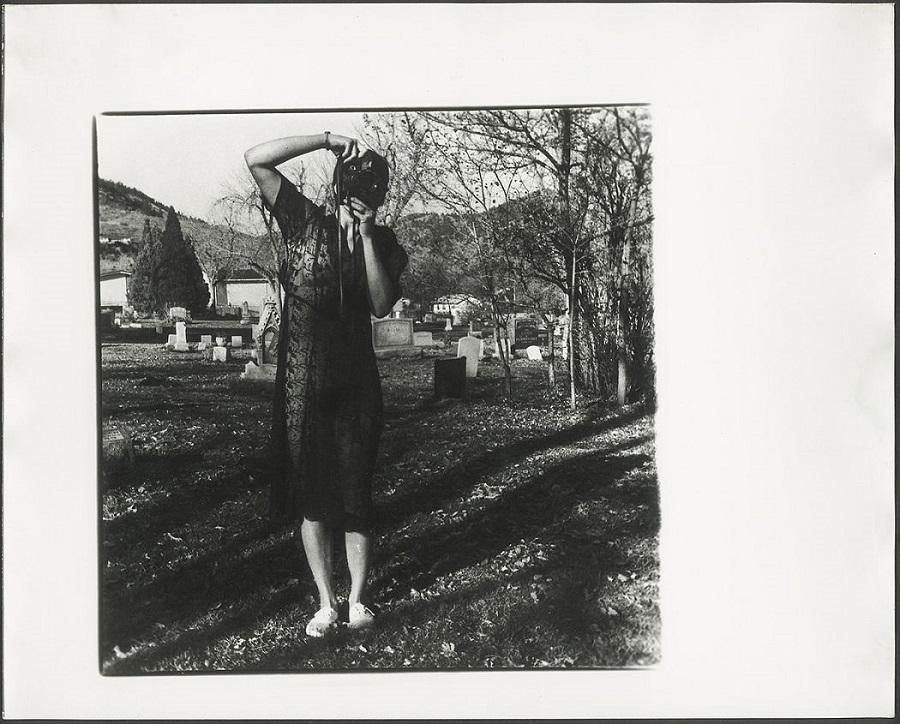Francesca Woodman haciendo fotos con un cementerio de fondo. Foto: George Lange.