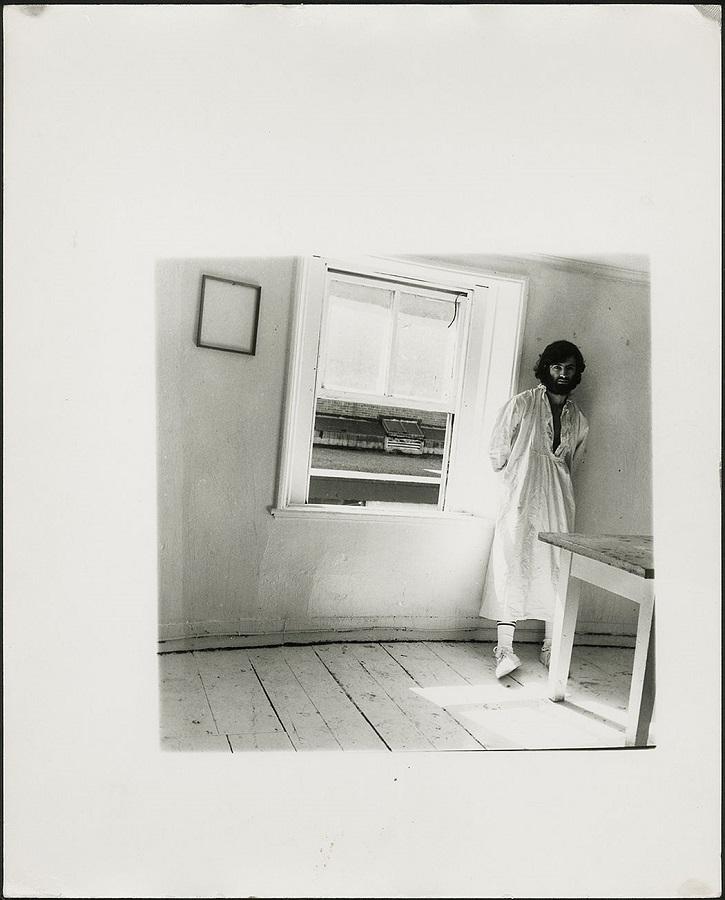 Foto de George Lange posando junto a una ventana tomada por Francesca Woodman