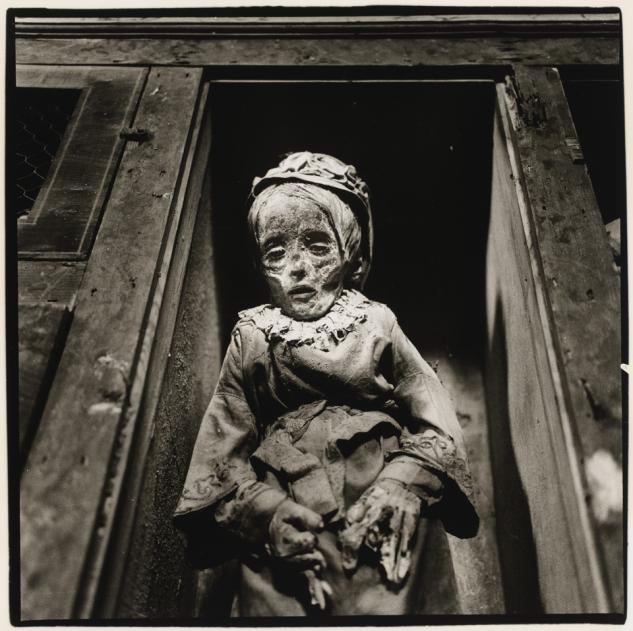 Cádaver de una niña con guantes en las catacumbas de Palermo. Foto: Peter Hujar.