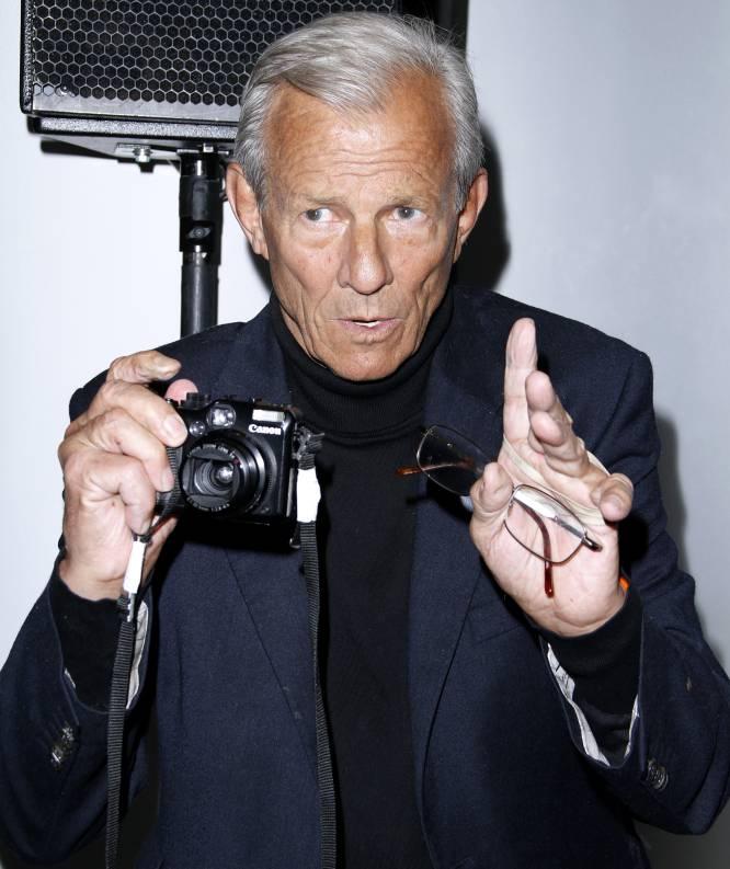Foto de Peter Beard con una cámara Canon en la mano, en Nueva York, en 2012