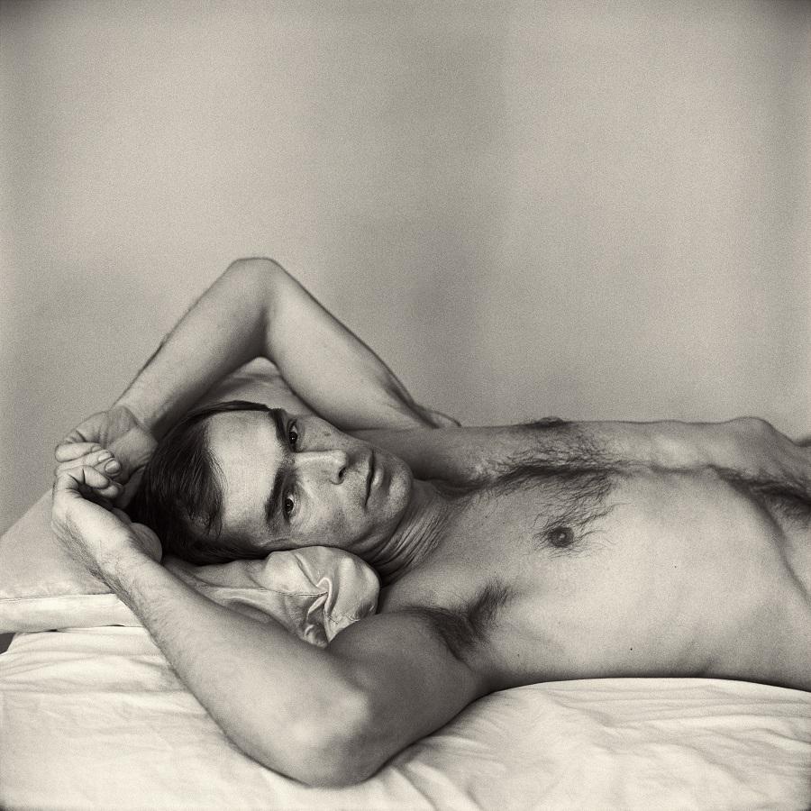 Autorretrato en la cama del fotógrafo Peter Hujar.