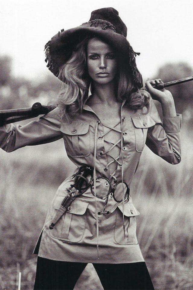 La modelo Veruschka posa para Peter beard en un reportaje de moda para la revista Vogue