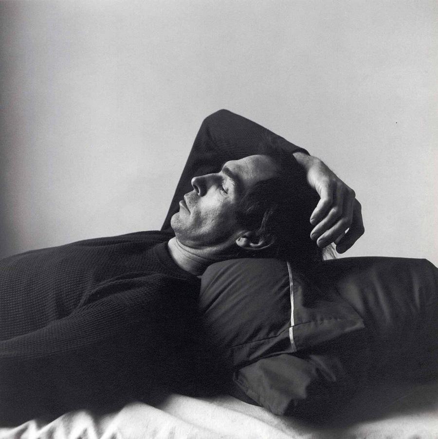 Autorretrato con camiseta nehra del fotógrafo Peter Hujar, 1976
