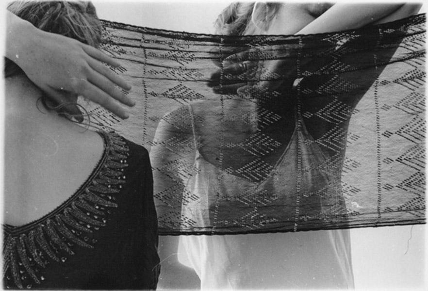 Desentrañando el misterio de la obra de Francesca Woodman: 12 fotografías que nos ayudan a interpretar su significado