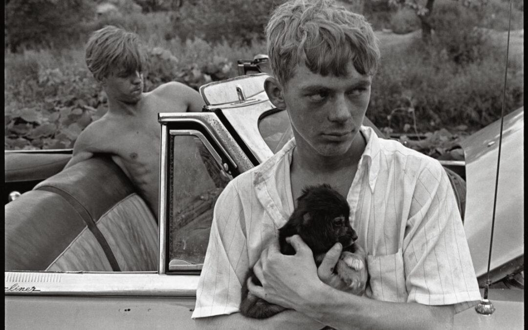 Así habla Danny Lyon de su foto favorita: 'Dos chicos y un cachorro en Knoxville'