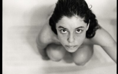 Descubriendo a Amy Arbus, la fotógrafa que revivió el suicidio de su madre, Diane Arbus, con una serie de fotos en la bañera