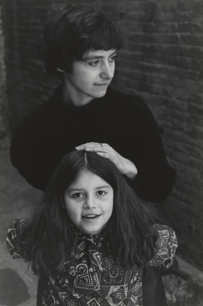 Diane Arbus y Amy Arbus, madre e hija, en una foto de Lee Friedlander