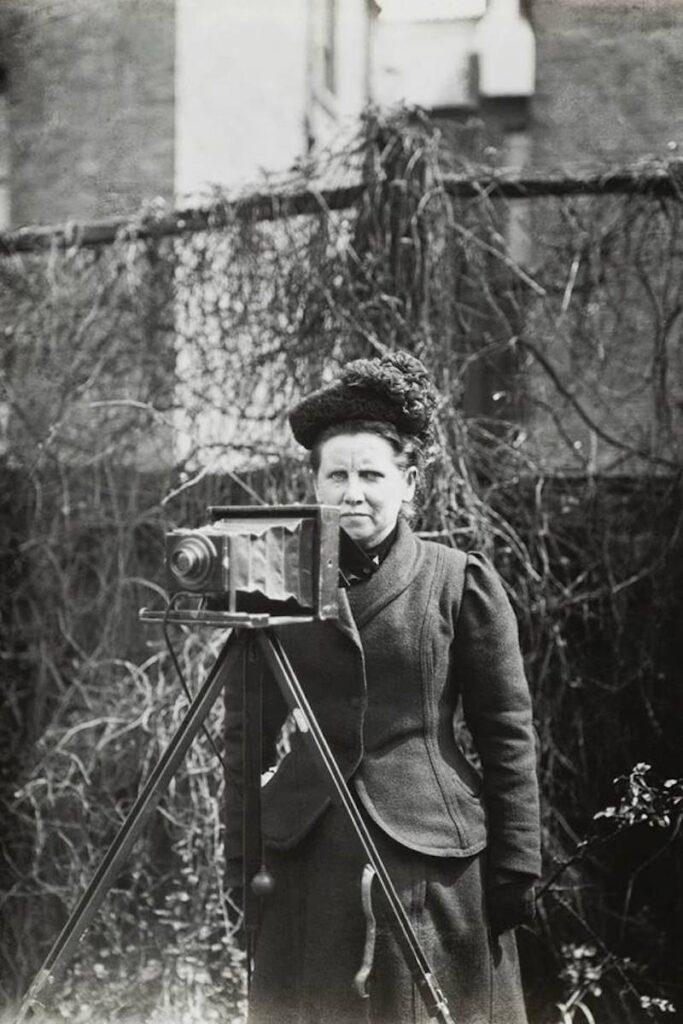 La fotógrafa Christina Broom con su cámara